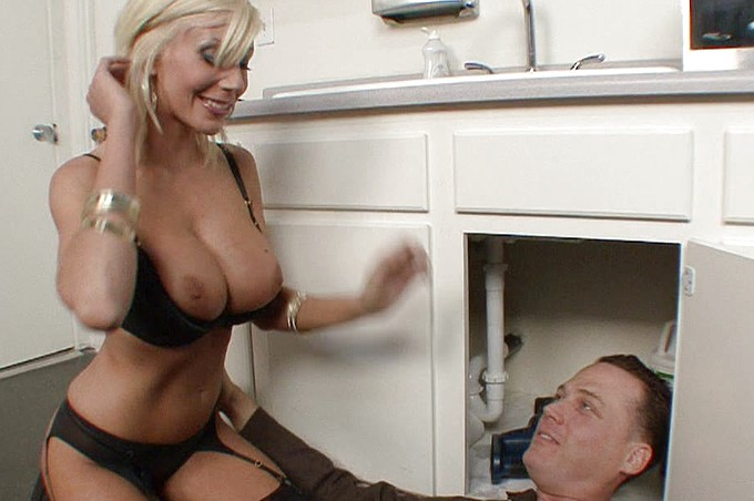 Puma Swede surprend Joe Blow, le plombier en plein travail