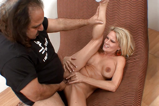 Ron Jeremy défonce la blonde Milf, Bridgett Lee
