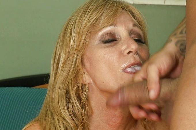 Jessica dà la caccia a John – molto più giovane di lei – per una notte di puro sesso