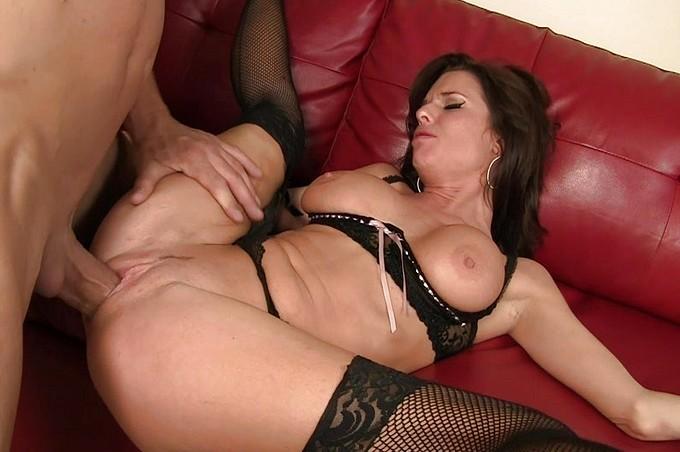 Mujer mayor y sexy convence a un joven semental para que le empotre el coño
