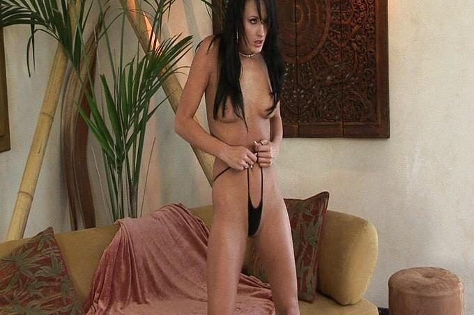 Alektra Blue Rubs Her Pussy Lips Til She Cums
