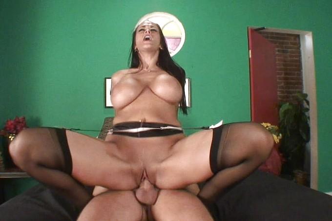 A Carmela Bing se lo descarga todo encima de su par de tetas grandes