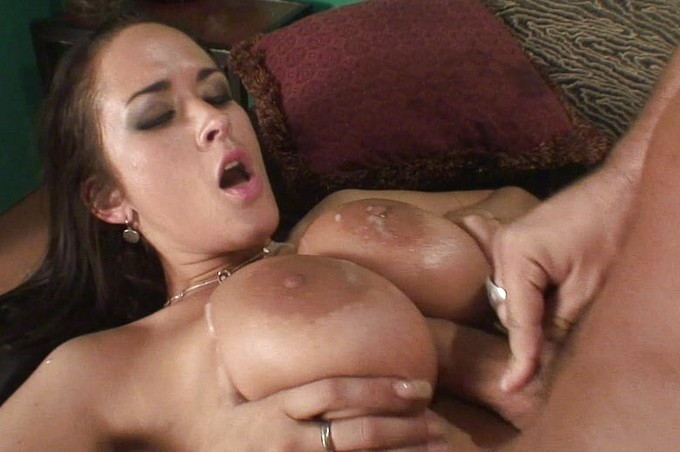 Carmella Bing får en het sats över sina stora bröst