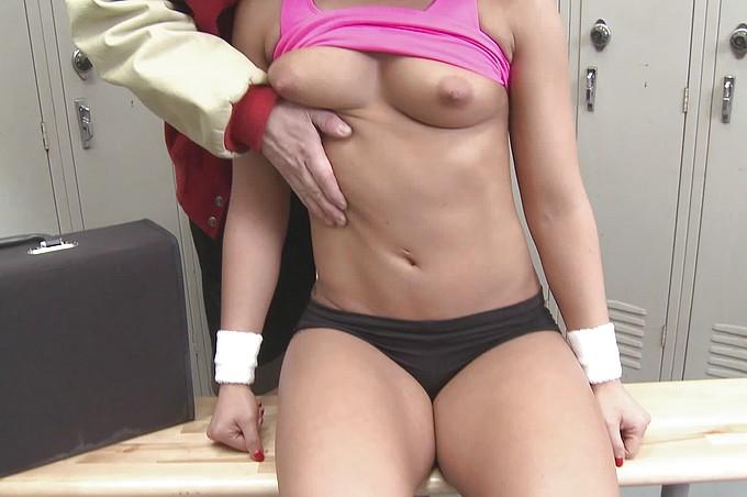 Snygg tjej knullar en vanlig kille i omklädningsrummet