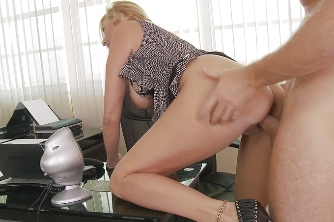 Sexiga blonda sekreteraren förför sin kollega