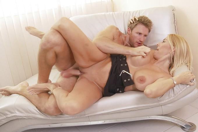 Une Secrétaire Blonde Sexy Séduit Finalement Son Collegue