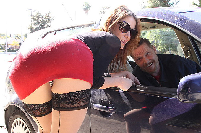 Prostituerad blir upplockad på gatan och knullad