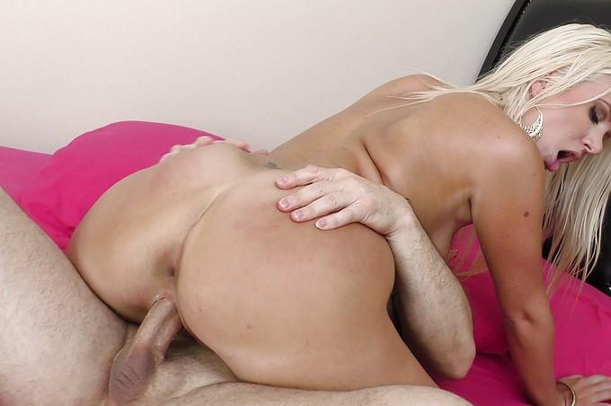 Layla Price får sin snygga häck nersprutad