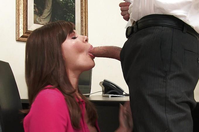 Sexiga Allison Rey gör vad som helst för att behålla jobbet