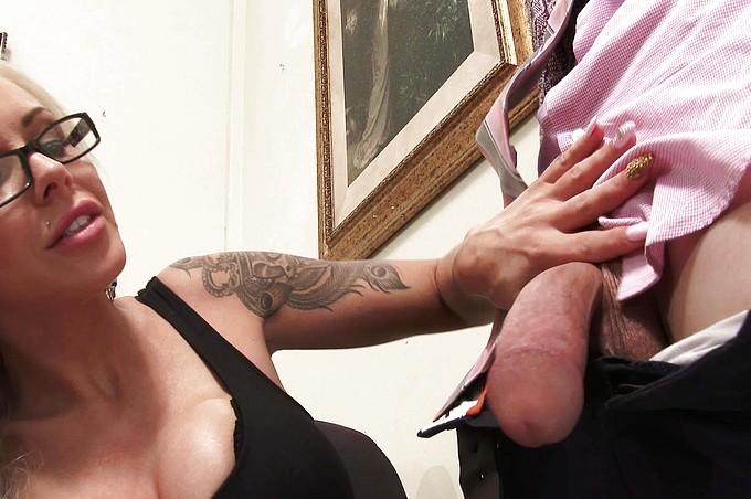 Den extremt sexiga milfen Nina Elle visar att det är hon som bestämmer