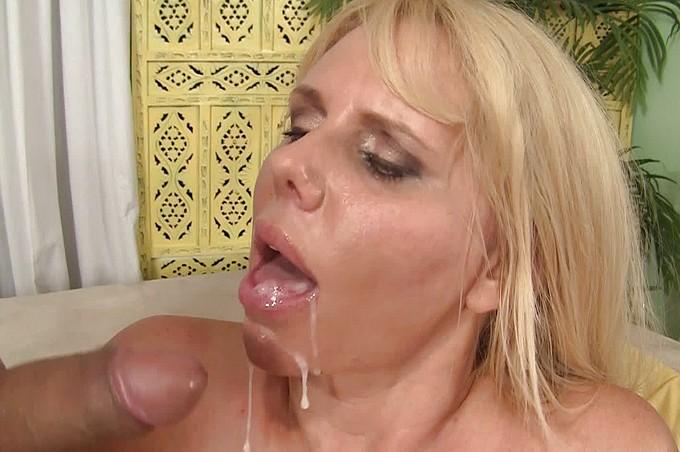 Sexiga milfen vill ha mer hjälp än en dildo för att komma