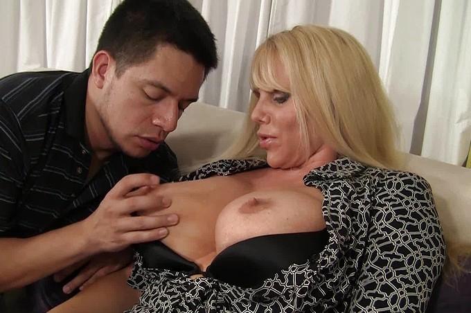 Seksowna mamuśka chce więcej niż może dać jej wibrator