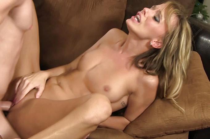 Romeo Price knullar den vackra blondinen Pristine Egde på soffan