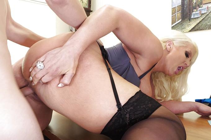 Une MILF avec du mordant obtient tout ce qu'elle veut de son employé nerveux