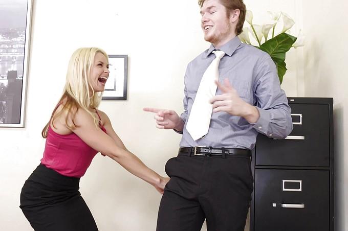 L'irresistibile capo Sarah Vandella, decisamente una cougar, marca stretto un dipendente