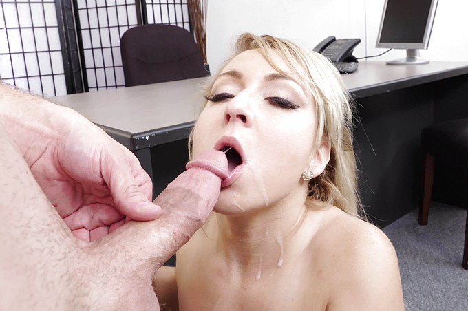 Yppiga blonda Valerie blir utnyttjad av sin chef