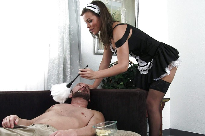 A la latina tetona con traje de sirvienta, Karter Foxx se la clavan