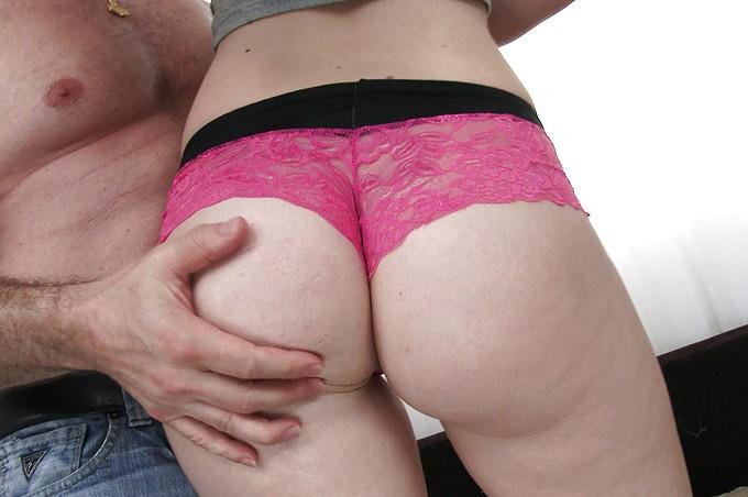 A Iggy Amore, una rubita adolescente, le pierde el sexo duro
