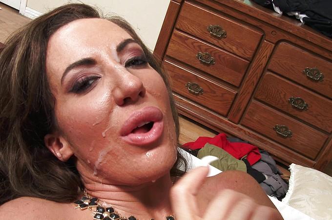 Richelle Ryan uwodzi swojego pasierba w jego własnej sypialni