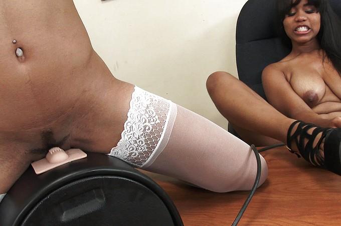 Due Sexy Lesbiche Nere e un Fortunato Sybian