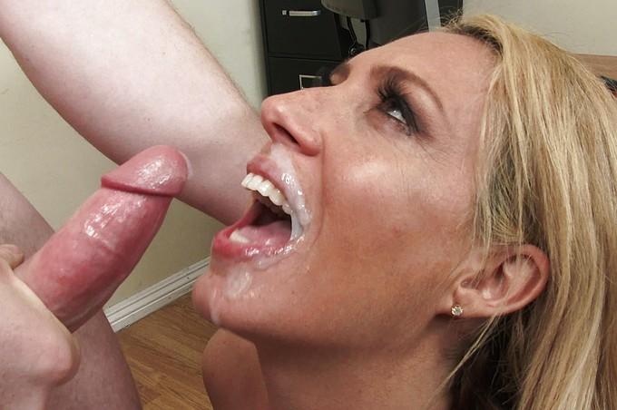 Napalona dojrzała szefowa Stevie Lix lubi nadużywać swojej władzy